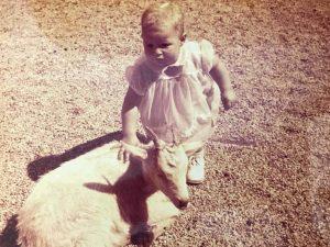 Michèle bambin à la ferme flattant une chèvre